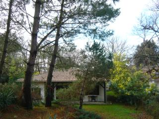 Sweet Soulac house (3 bedrooms) & fenced-in large garden very close to the sea.e, Soulac-sur-Mer