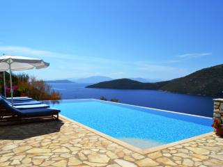 Gorgeous villa with superb sea views - near beach, Mikros Gialos