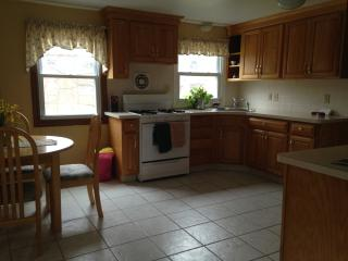 Sunny, 3 bedroom house, on cul de sac, Needham
