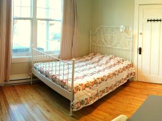 Beautiful bedroom available *WIFI*, Montreal