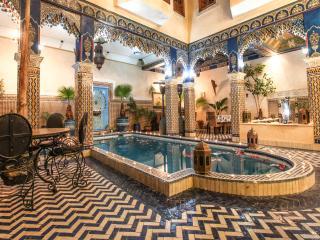 Chambre bleu avec un grand lit riad puchka, Marrakech