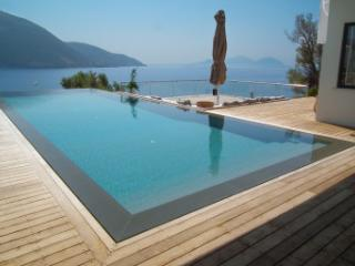 Villa Doukato- exclusive on Vassiliki bay with private dock, infinity pool., Vasilikí