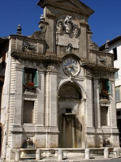 piazza del Mercato, fontana con l'orologio