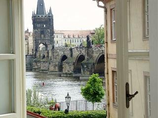 Unique Charm Views Of The Ch-Bridge and Castle 1st floor-85% occ. 2016 BOOK NOW!, Prague