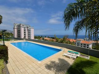 Funchal, LIDO area -Spacious south facing apt,pool,ocean views