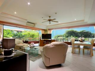 Beachfront Luxury Poolview Condo, Jomtien Beach