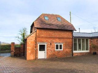 THE PERRY SHED, pet-friendly, lovely walks, ideal romantic retreat, Droitwich, Ref 932635