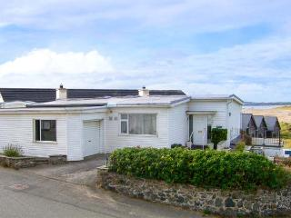 RIVENDELL, family friendly, with a garden in Rhosneigr, Ref 2884