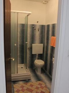 A2(2+1): bathroom with toilet