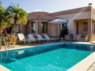 MARIA LUXURY POOL VILLA 3 MIN DRIVE TO HARAKI  & AGATHI BEACH ,10 MIN TO LINDOS