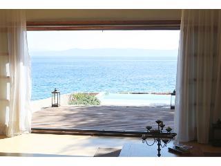 Amazing seafront setting-Infinity pool, Sumartin