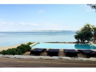 Amazing seafront setting. Infinity view pool.