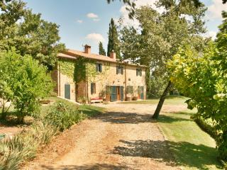 Luxury private villa with pool and beautiful views, Subbiano