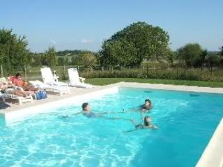 Holiday home with heated & fenced pool, sleeps 12., Brigueuil