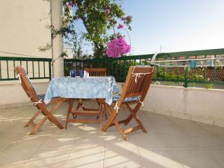 Lovely Beach apartment ROSE 3 with balcony, Makarska