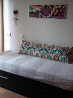 Quarto 2 com duas camas de solteiro que faz uma cama de casal.