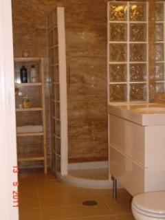 Apartment Shower room with marble walls