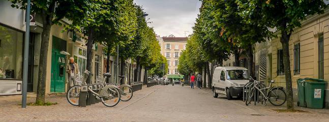 Malakoff est une banlieue limitrophe de Paris desservie pas le metro.