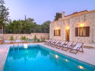 Traditional stone built Rethymnon mansion-Pr. pool, Prines