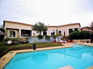 Nîmes, high level standing villa 10p. private heated pool, 3 km from town center