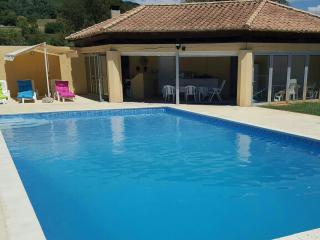 Piscine avec pool-house et barbecue