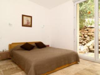 Chambre avec buanderie,porte-fenêtre qui donne sur le jardin d'agrément aménagement possible pour bb