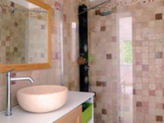 une salle de bain avec douche à l'italienne facile d'accès