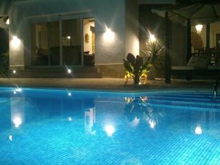 Strandnahe neue Villa mit grossem Pool & Jacuzzi, Denia