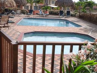Gated Condo Minutes From Beautiful Palm Beach, Noord