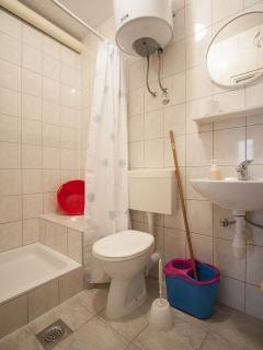 B(4+1): bathroom with toilet