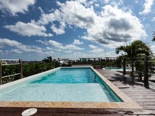 NEW SEA VIEW POOL / BEACH CLUB / LUXE APT  FOR 8, Playa del Carmen