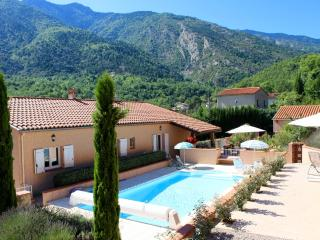 Les Acacias, stylish garden apartment, with pool, parking, terraces and views, Clara