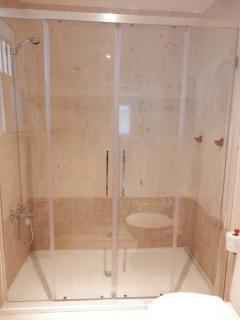 Mampara ducha con plato grande de 1,60m y con luz natural.