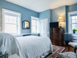 RM 204  Queen bedroom large and bright in Historic Home