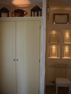 Le scenografie luminose e i particolari elementi di arredo che decorano la junior suite