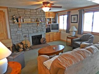 2BR/2BA St. Moritz w/ wood fireplace-Faces Slopes & Village-Corner Unit-NICE!, Snowshoe