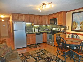 Beautiful 2BR/2BA Remodeled Condo Next to Village Lake Views!, Snowshoe