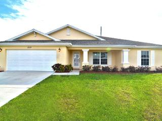 NEWLY RENOVATED & FURNISHED Villa with heated pool, Cape Coral
