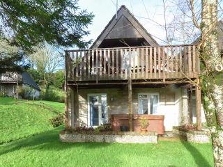 SPRUCE TREE LODGE, wooden lodge,hot tub, walks from door, on-site facilities