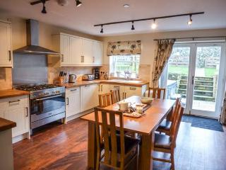 THE BERWICK, terraced cottage, hot tub, pet-friendly, balcony, enclosed garden