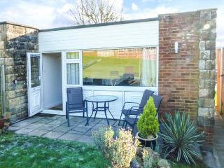 SUNNY PINES, single-storey chalet, on-site facilities, swimming pool, children's playground, walks, Gurnard, Ref 930670