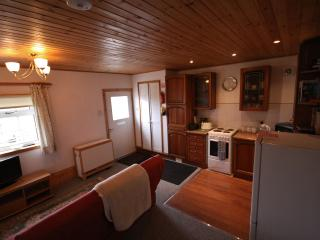 Wren holiday fishing cottage, Lanark