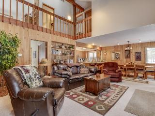 Cozy ski cabin w/ private hot tub, SHARC passes & great location!