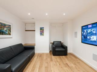 TURTLE LUXURY APARTMENT - JACUZZI /ROYAL MILE AREA, Edinburgh