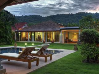 Luxurious 6 Bedroom Nai Harn Villa, Phuket-ville