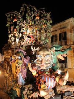 Potrete vedere gratuitamente da uno speciale balcone lo spettacolare carnevale di Putitgnano