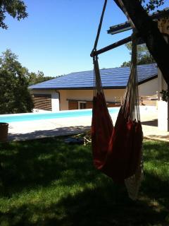 Jardin ombragé avec vue sur la piscine privée