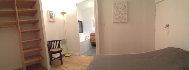 Chambre 1 : lit 160 et salle de bain attenante (baignoire + WC)