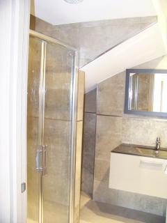 la salle de bain avec douche italienne au rez de chaussée