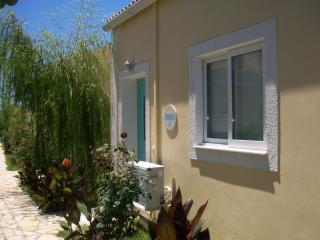 MIMOSA AT FLOWER VILLAS  - ONLY 300M FROM THE SEA, Corfú